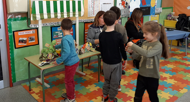 Un simulacre de compra-venda de joguines ensenya els infants els seus drets i deures en el món del consum