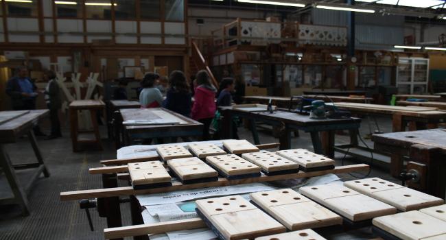 Alumnat de l'Escola Sant Julià s'acosta al món de la fusta i les noves tecnologies aplicades a l'ofici de fuster dins una activitat del Ciutat i Escola