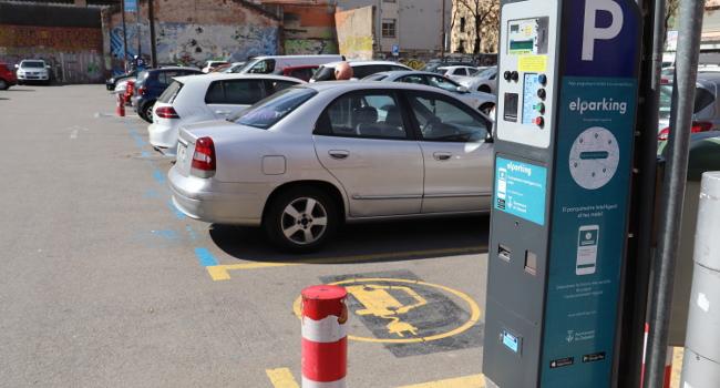 Els cotxes elèctrics no paguen per aparcar a la zona blava a Sabadell