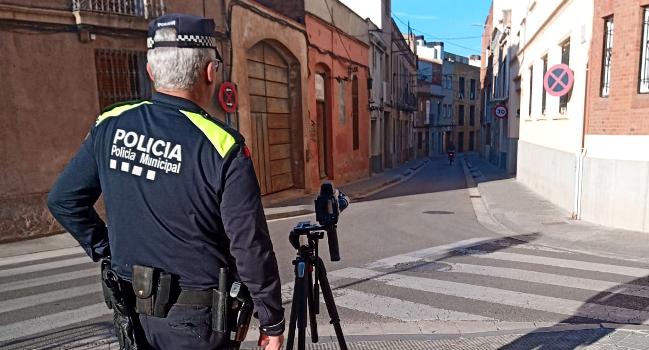 La Policia Municipal disposa de radars compactes per controlar la velocitat en carrers estrets