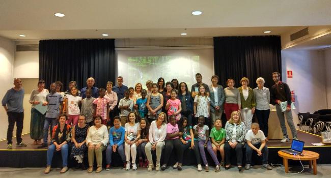 Infants, voluntaris i famílies del programa Lecxit, de Lectura per l'èxit educatiu, es reuneixen en l'acte de cloenda de curs
