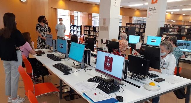 El Centre de Formació Cal Molins obre antenes a les biblioteques de Sabadell per reduir la bretxa digital entre la ciutadania