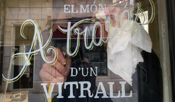 Alumnes de l'Escola Illa decoren amb 'lettering' els aparadors de diversos comerços de Sabadell