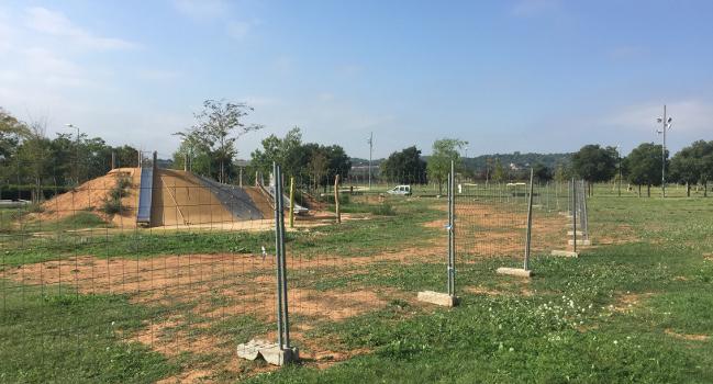 L'Ajuntament pavimenta de nou l'àrea de joc del parc Central del Vallès