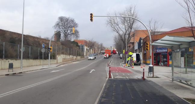 Nou semàfor al passeig de Can Feu per facilitar la sortida de vehicles cap a la plaça del Mil·lenari
