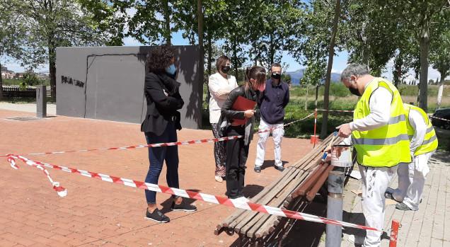 Persones en atur reparen mobiliari urbà a Torre-romeu gràcies als programes d'ocupació