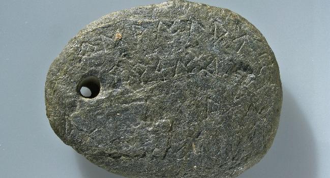 L'amulet iber amb inscripció del Museu d'Història de Sabadell s'exposa al Museu d'Arqueologia de Catalunya