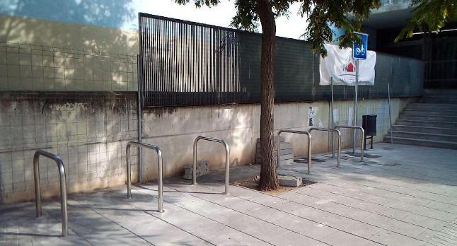 S'inicia la instal·lació de nous aparcaments segurs per a bicicletes a la via pública