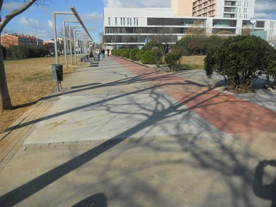 Comencen les obres per reposar l'asfalt de part de la vorera del parc de Catalunya
