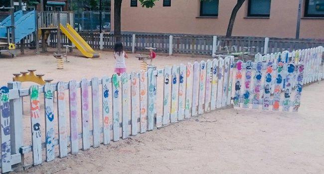 Infants i joves de Can Puiggener embelleixen les tanques dels jocs infantils de la plaça del Primer de Maig