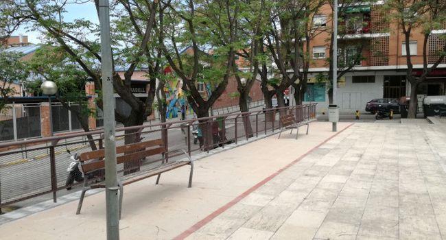 Visita a la renovada plaça de Benjamín García, al barri de Can Rull, que ha guanyat en seguretat