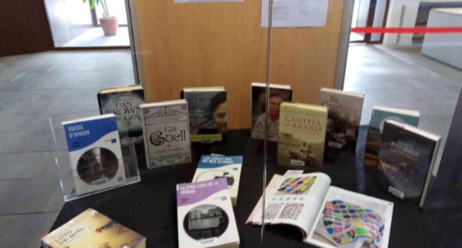 La Biblioteca de Ponent porta llibres i revistes a les persones grans del Complex Alexandra perquè no s'hagin de desplaçar