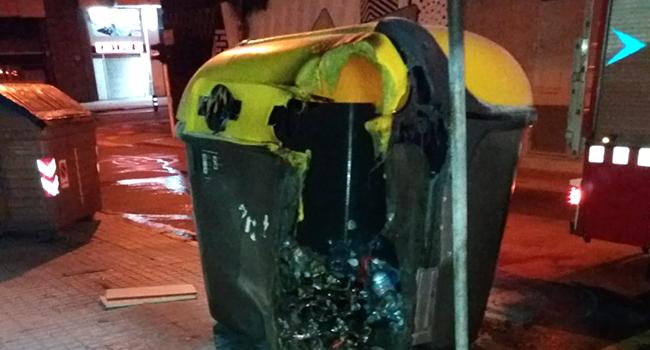 La reposició dels contenidors cremats la nit de divendres costarà uns 18.000 euros