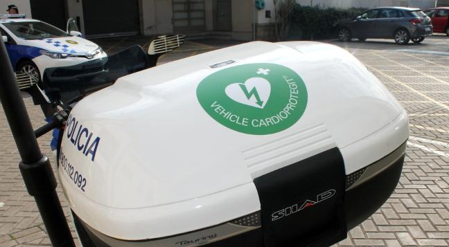 Més d'una vintena de vehicles de Policia Municipal ja porten desfibril·lador