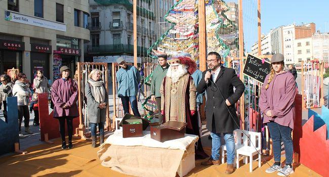 L'alcalde lliura els desigs dels infants de la ciutat a l'ambaixador dels Reis d'Orient