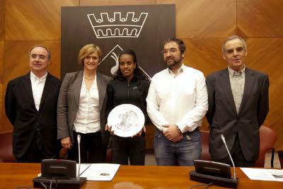 L'alcalde rep l'atleta Genzebe Dibaba, gran atracció del míting del Centenari de la Federació Catalana a la Pista Coberta