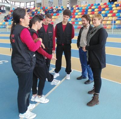 Joves en atur posen en pràctica els coneixements adquirits com a dinamitzadors esportius en una Mini Olimpíada Escolar a Sabadell
