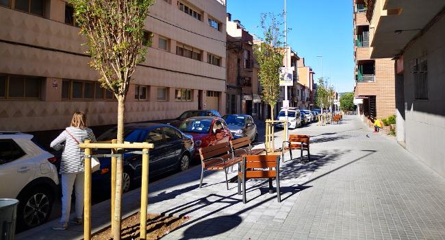 El nou tram pavimentat del carrer Duran i Sors estrena tres espais d'estada
