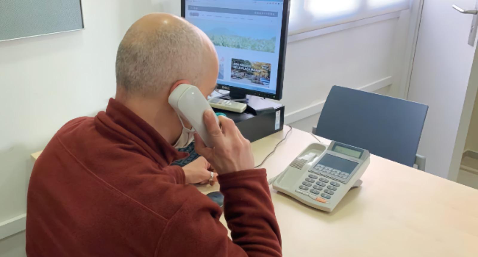 En marxa un servei de seguiment telefònic per detectar necessitats i mancances de persones grans que viuen soles