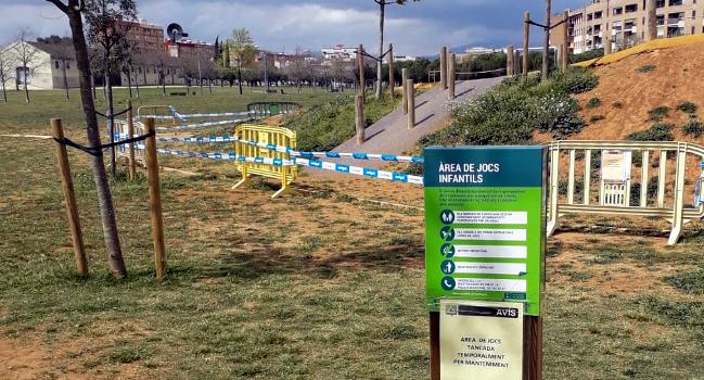 La nova àrea de joc del Parc Central romandrà tancada per netejar restes de peces de fibrociment