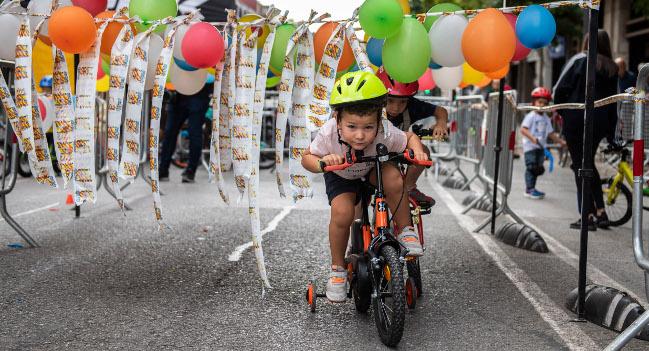 Patins i bicicletes omplen els carrers de la ciutat el darrer dia de Festa Major