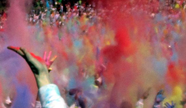 Nova edició de la Festa Holi, al parc de Catalunya