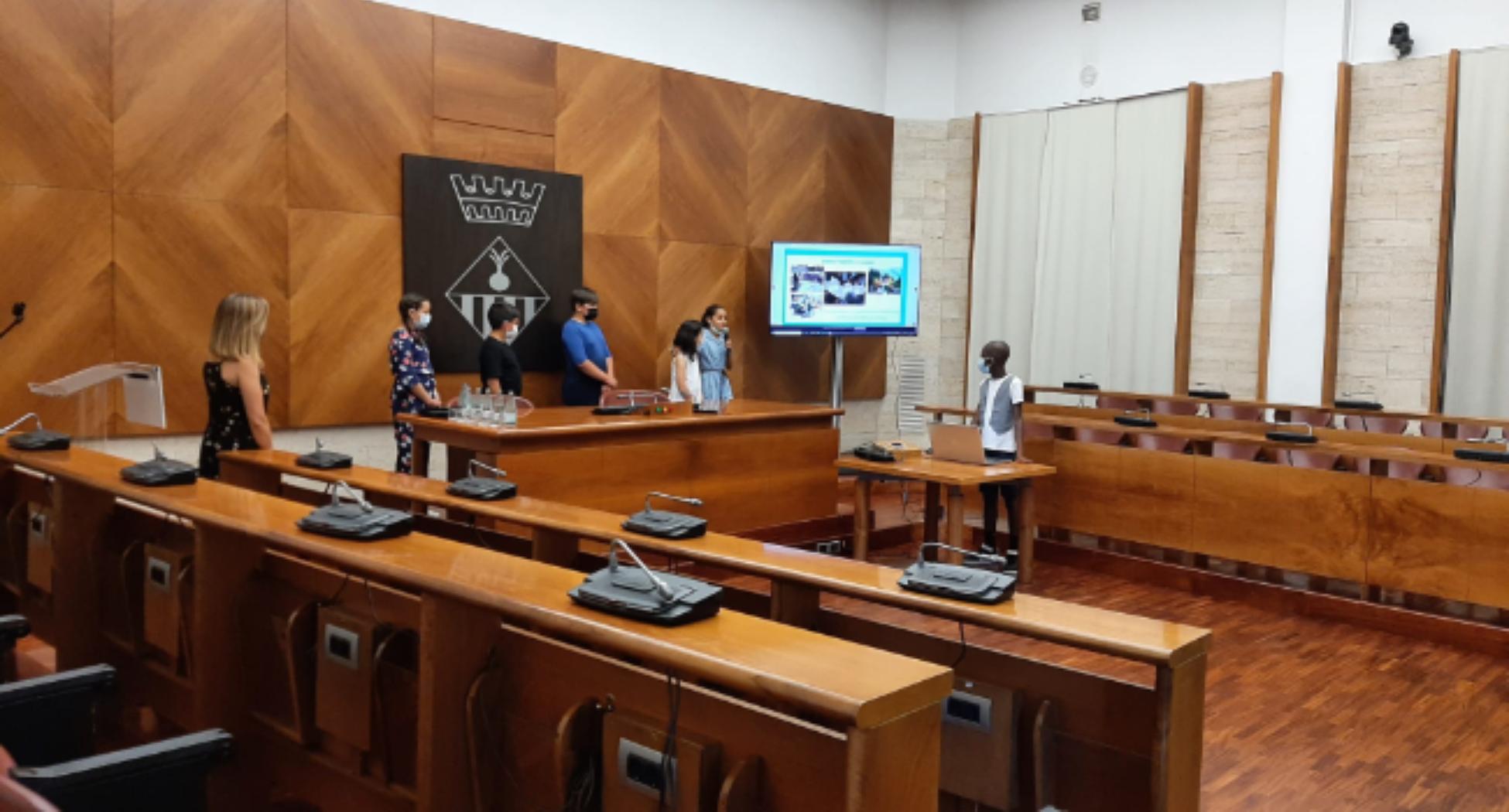 Alumnat de l'Escola Arraona presenta a l'Ajuntament el projecte d'hort que desenvolupen al centre educatiu