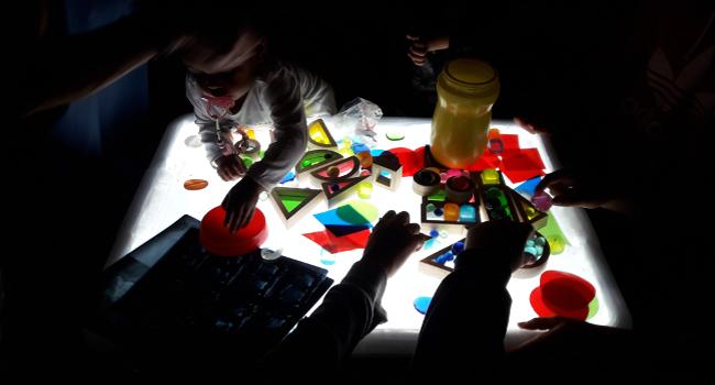 Alumnes de l'Institut Jonqueres construeixen joguines per als infants de l'Escola Bressol Calvet d'Estrella