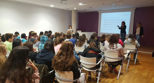 Alumnes de l'Institut Jonqueres analitzen l'obra de quatre autores catalanes dins un projecte de reforç de les competències de llengua i per l'èxit educatiu