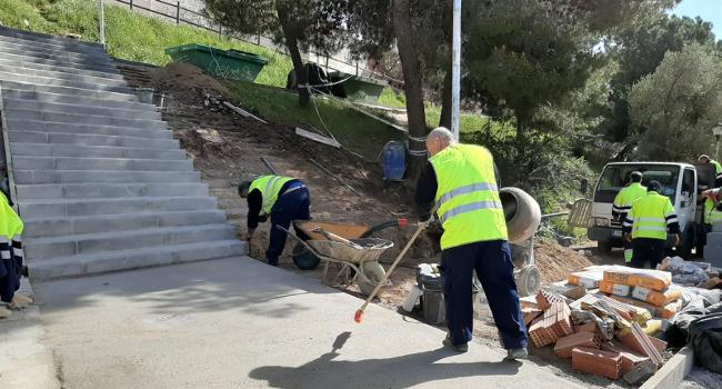 Participants en programes d'ocupació milloren les escales del carrer del Llobregat, a Torre-romeu