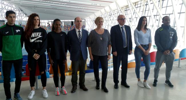 Una exposició a la Pista Coberta descriu l'evolució de l'atletisme a Sabadell per mitjà de material de competició
