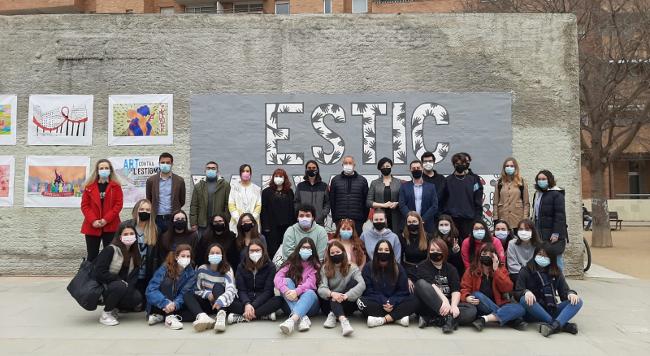 Un mural contra l'estigma per raons d'estat serològic commemora el Dia de la Zero Discriminació