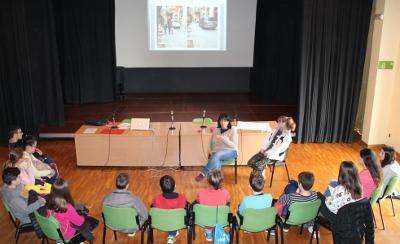 Els alumnes que prenen part a l'activitat de foment de la participació Els nois i noies tenen la paraula celebren la primera trobada intercentres
