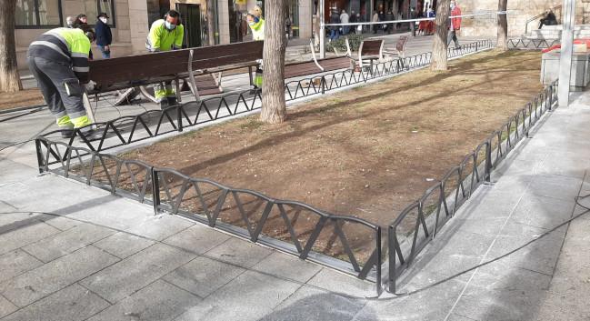 L'Ajuntament col·loca tanques decoratives d'acer als parterres de la plaça de Sant Roc