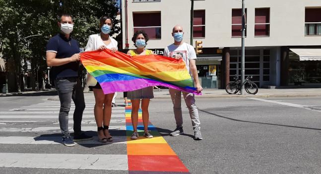 Sabadell pinta passos de vianants irisats per reivindicar els drets LGTBI