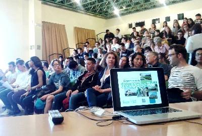 Els participants a l'activitat d'aprenentatge servei El patrimoni al desQobeRt presenten els vídeos promocionals dels edificis històrics que han estudiat