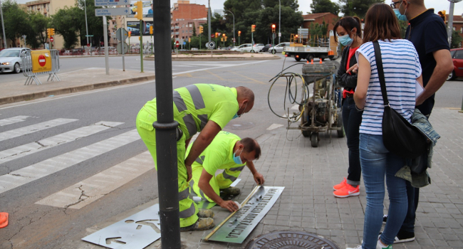 L'Ajuntament reforça la senyalització per mantenir la distància de seguretat a la via pública