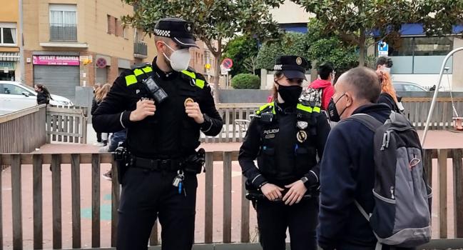 S'estableix una xarxa de comunicació entre la Policia Municipal i el teixit veïnal i comercial per garantir un servei integral de seguretat proactiva