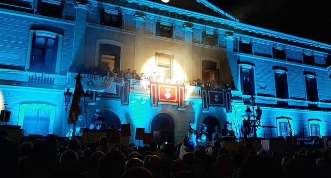 L'Ajuntament vol expressar el seu total suport a Mirna Lacambra, alhora que lamenta i condemna les faltes de respecte i insults que ha patit durant el pregó de la Festa Major