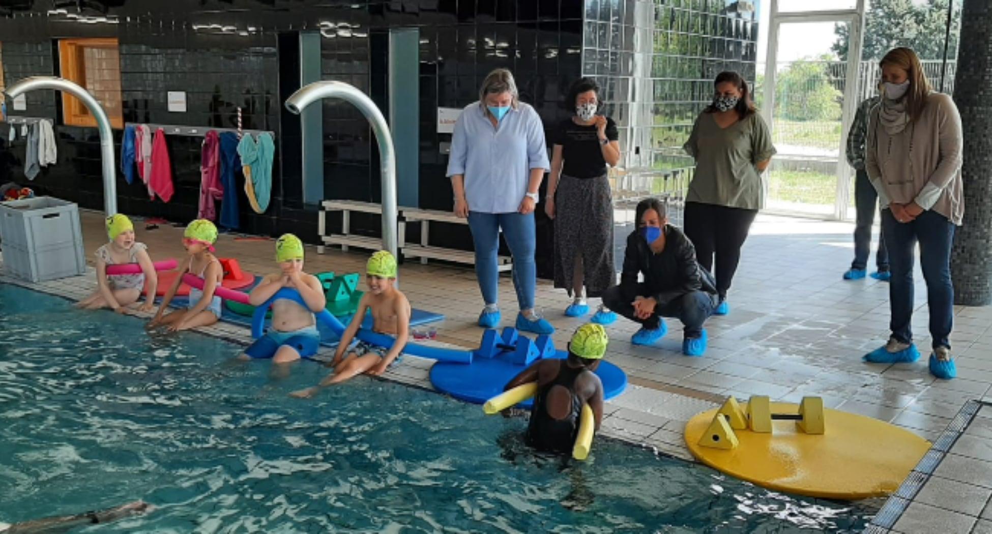 Uns 600 alumnes de primària prenen part en el programa per aprendre a nedar Els Primers a l'Aigua