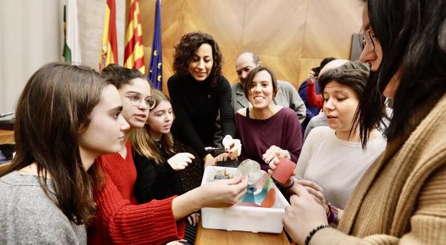 Rebuda a les alumnes de l'Escola Mare de Déu de la Salut que han creat un plàstic biodegradable
