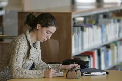 Les sales d'estudi de les biblioteques municipals ofereixen horaris especials en època d'exàmens