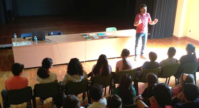 L'alumnat que participa en el Seguint el Fil es troba amb l'autor del 1r capítol de la història completada pels infants