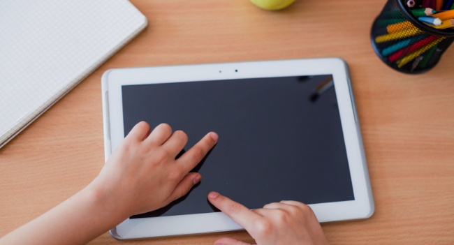 L'Ajuntament facilitarà unes 370 tablets amb connexió a alumnes de la ciutat perquè puguin seguir en línia els continguts del curs escolar