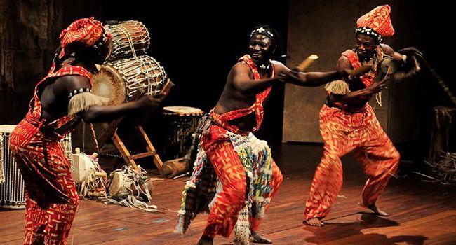 """Uns 850 escolars assisteixen a l'espectacle """"Teranga"""", que combina dansa i música senegaleses, a LaSala"""