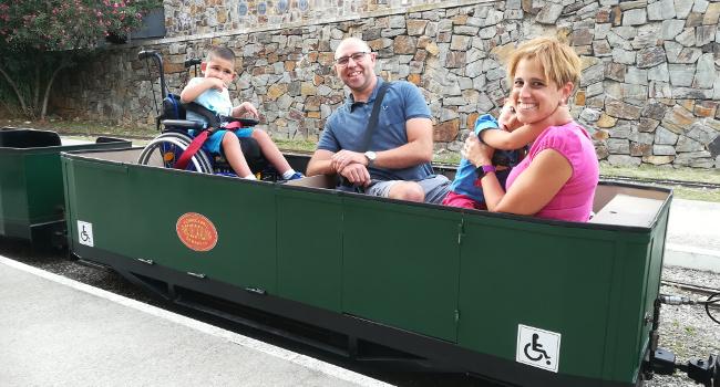 El trenet del parc de Catalunya estrena un vagó adaptat a persones amb discapacitat funcional