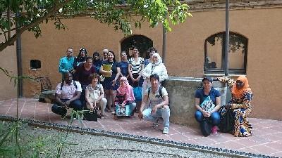 Un grup de persones nouvingudes visita el centre de la ciutat en el marc dels tallers de coneixement de l'entorn