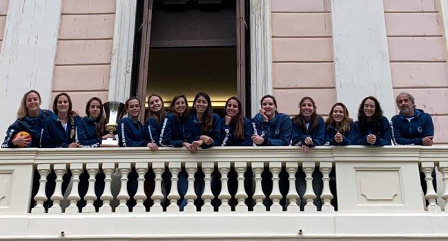 Reconeixement institucional a l'equip femení del Club Natació Sabadell per la seva cinquena copa d'Europa